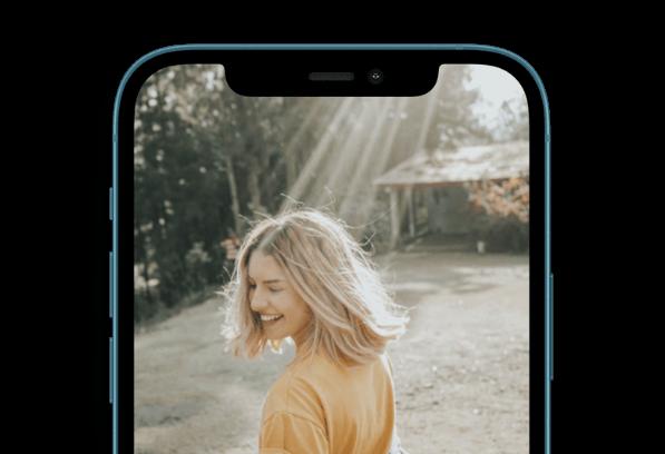 Frau von Hinten lacht im iPhone