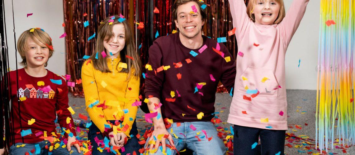 Checker Tobi mit Timo, Marialena und Lea im selbst aufgebauten Emotions-Labor